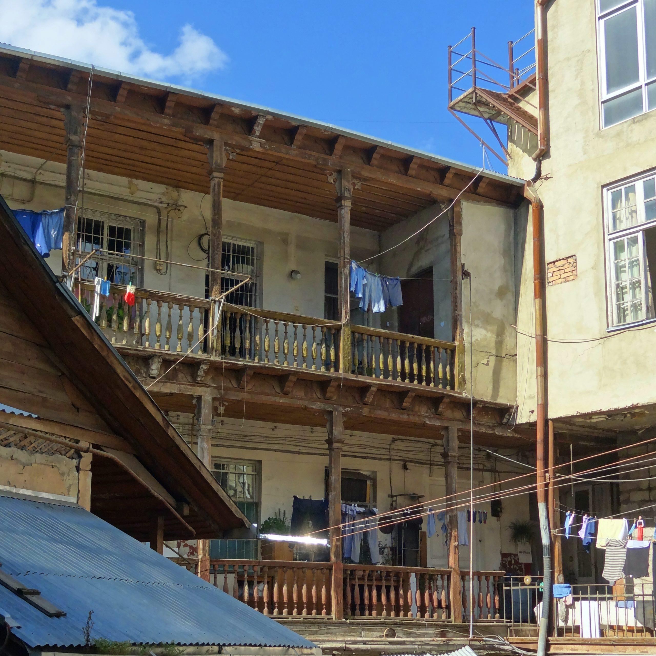 Tino Schlench - Literaturpalast - Tiflis - Wohnhaus mit Wäscheleine